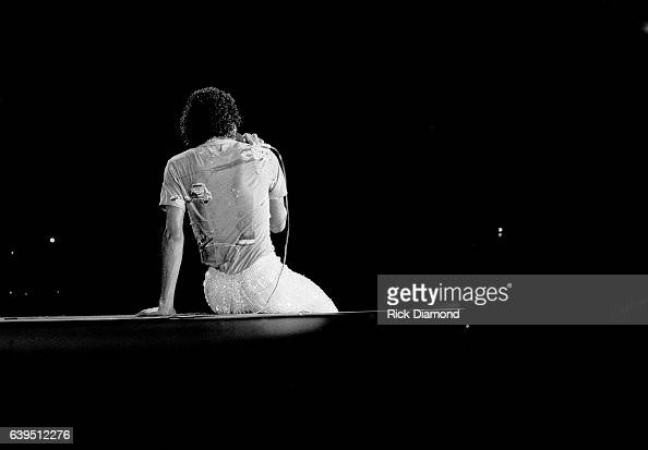 michael-jackson-performs-during-the-jacksons-triumph-tour-at-the-omni-picture-id639512276