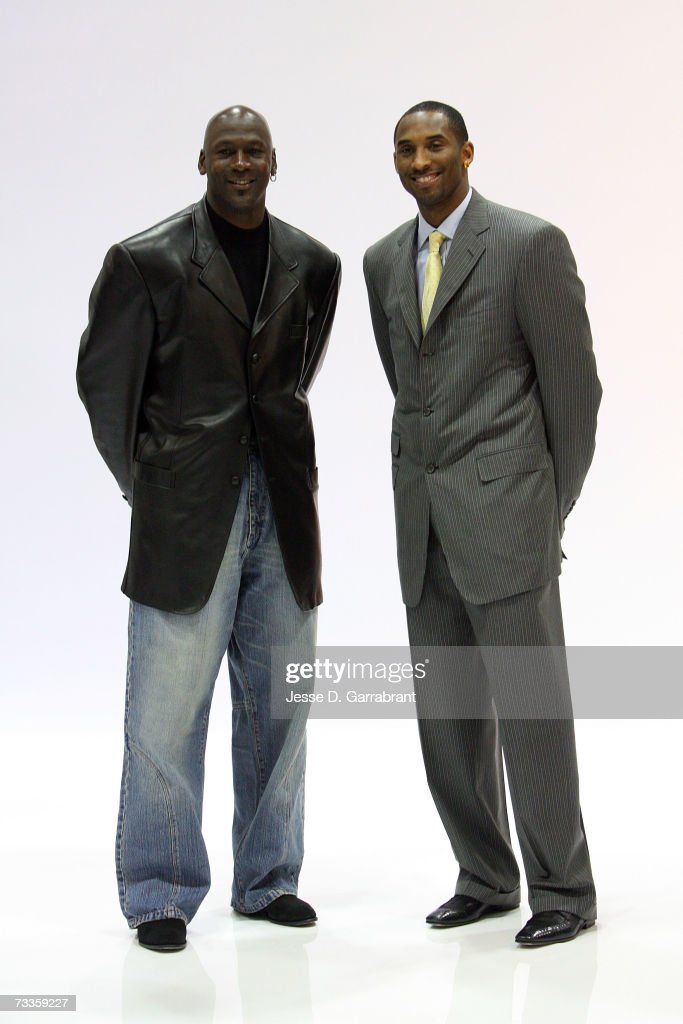 ¿Cuánto mide Michael Jordan? - Altura - Real height Michael-jordan-and-kobe-bryant-of-the-los-angeles-lakers-pose-for-a-picture-id73359227