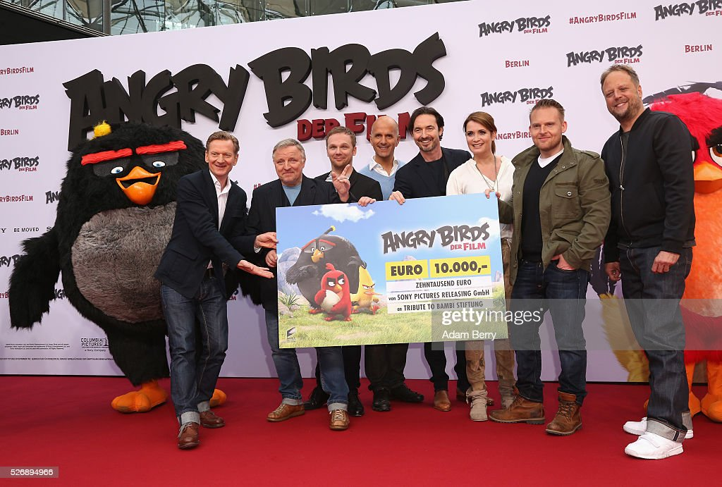 The cast of 'Angry Birds - Der Film' poses at the movie's premiere on May 01, 2016 in Berlin, Berlin.