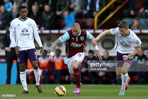 Michael Kightly of Burnley battles for the ball with Seamus Coleman of Everton during the Premier League match between Burnley and Everton at Turf...