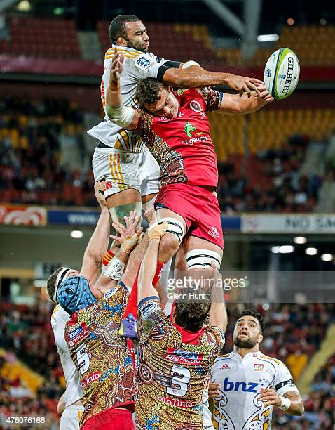 Michael Leitch of the Chiefs contests a lineout with Rob Simmons of the Reds during round 17 Super Rugby match between the Reds and the Chiefs at...