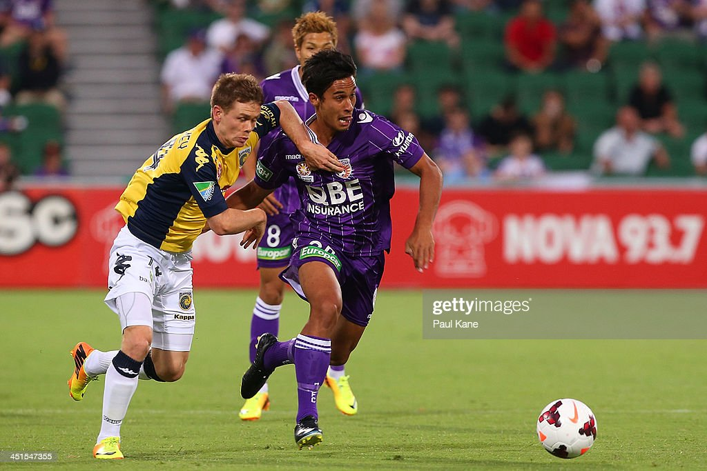 <a gi-track='captionPersonalityLinkClicked' href=/galleries/search?phrase=Michael+McGlinchey&family=editorial&specificpeople=6123776 ng-click='$event.stopPropagation()'>Michael McGlinchey</a> of the Mariners and Matthew Davies of the GLory contest for the ball during the round seven A-League match between Perth Glory and the Central Coast Mariners at nib Stadium on November 23, 2013 in Perth, Australia.