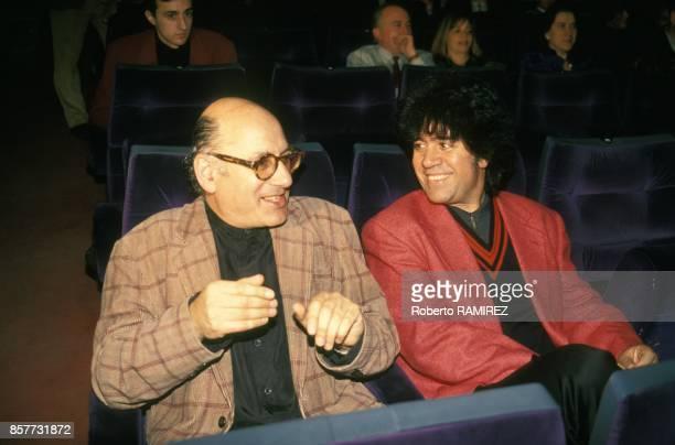 Michael Nyman compositeur de musiques de films recoit un disque d'or ici en compagnie de Pedro Almodovar en fevrier 1994 a Madrid Espagne