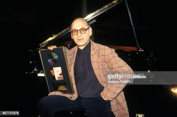Michael Nyman compositeur de musiques de films recoit un disque d'or en fevrier 1994 a Madrid Espagne