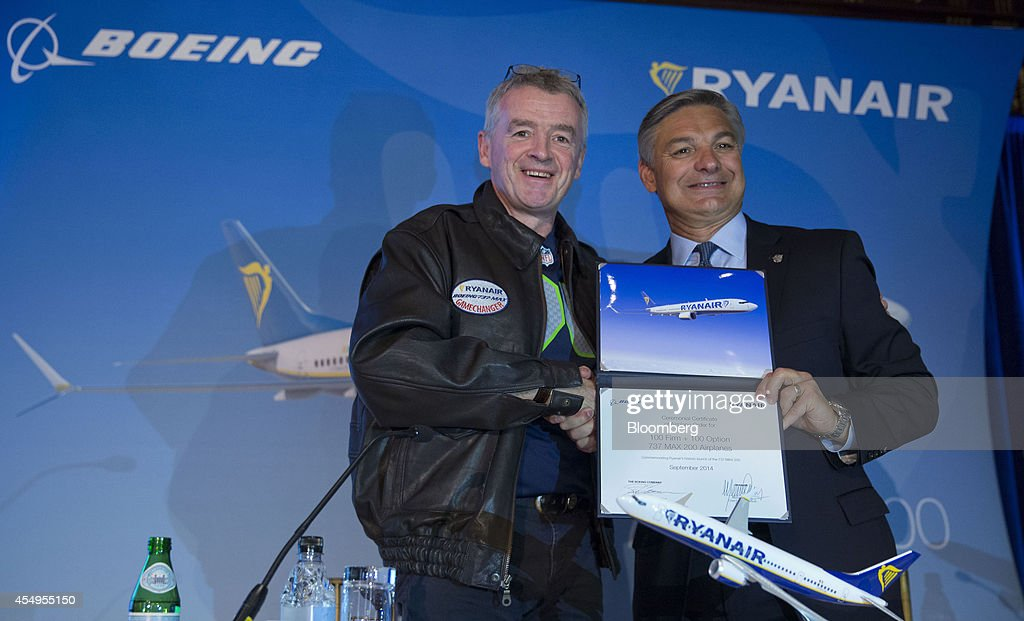 Michael O'Leary chief executive officer of Ryanair Holdings Plc left shakes hands with Ray Conner chief executive officer of Boeing Commercial...