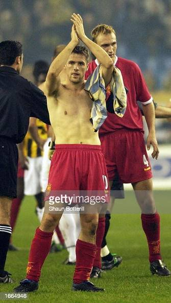 Michael Owen of Liverpool applauds the fans after their victory during the UEFA Cup third round first leg match between Vitesse Arnhem and Liverpool...