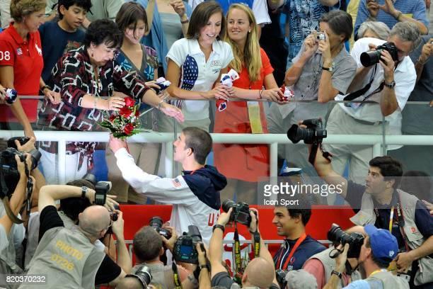 Michael PHELPS offre le bouquet de fleur a sa mere Finale du relais 4x100m hommes nage libre Jeux Olympiques de Pekin