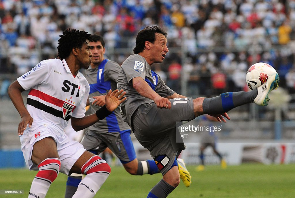 Michael Rios (R) of Universidad Catolica vies for the ball with Cortez of Brasil's Sao Paulo during their 2012 Copa Sudamericana first leg semifinal football match at the San Carlos de Apoquindo stadium in Santiago, Chile, on November 22, 2012. AFP PHOTO /Claudio SANTANA