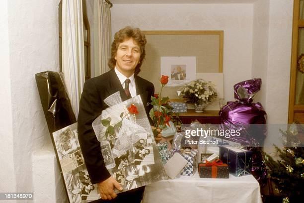 Michael Schanze Geburtstagsparty zum 40 Geburtstag Tutzing Bayern Deutschland GeburtstagsFeier Geschenke Blumen Rosen Krawatte Sänger Showmaster