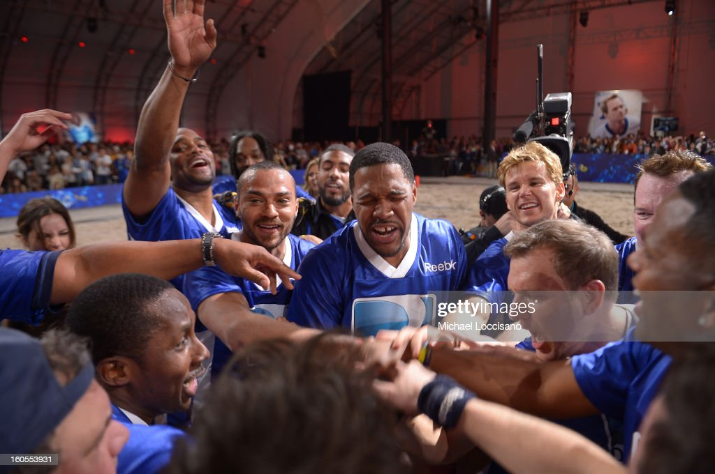 Michael Strahan (C) celebrates with Blue Team after DIRECTV'S Seventh Annual Celebrity Beach Bowl at DTV SuperFan Stadium at Mardi Gras World on February 2, 2013 in New Orleans, Louisiana.