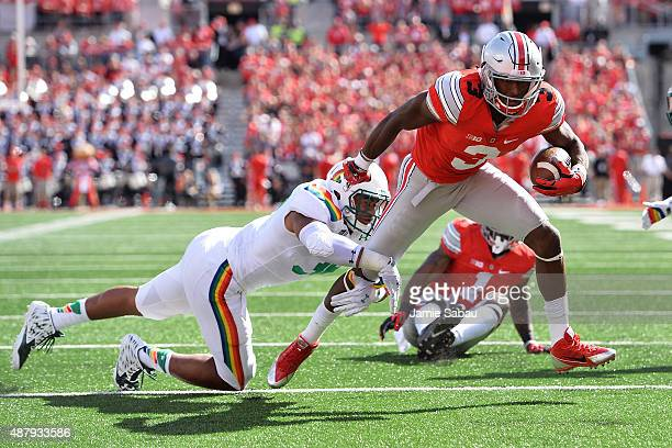 Michael Thomas of the Ohio State Buckeyes attempts to elude a tackle from Benetton Fonua of the Hawaii Rainbow Warriors in the first quarter at Ohio...