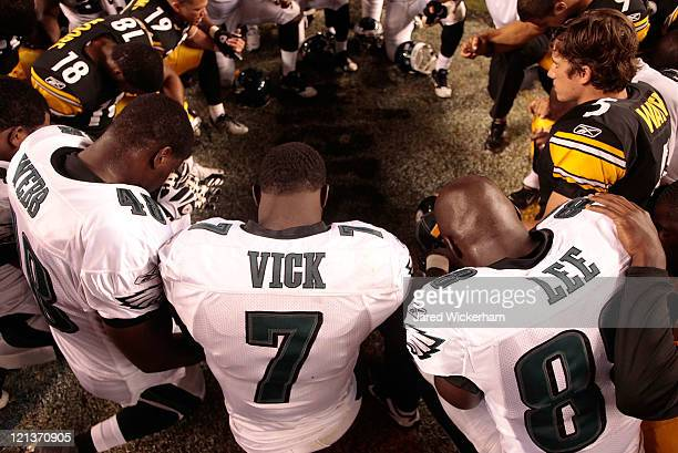 Michael Vick Martell Webb and Donald Lee of the Philadelphia Eagles pray with members of the Pittsburgh Steelers following their preseason game on...