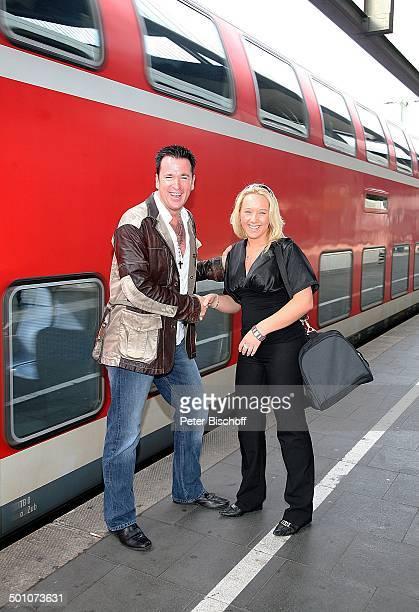 Michael Wendler Sabrina Stadtbesichtigung Hauptbahnhof Düsseldorf NordrheinWestfalen Deutschland Europa Hand geben Zug Bahn Bahnsteig Bahnhof...