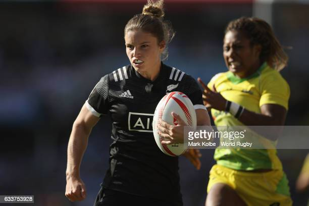 Michaela Blyde of New Zealand breaks away to score a try under pressure from Ellia Green of Australia during the womens bronze cup match in the 2017...