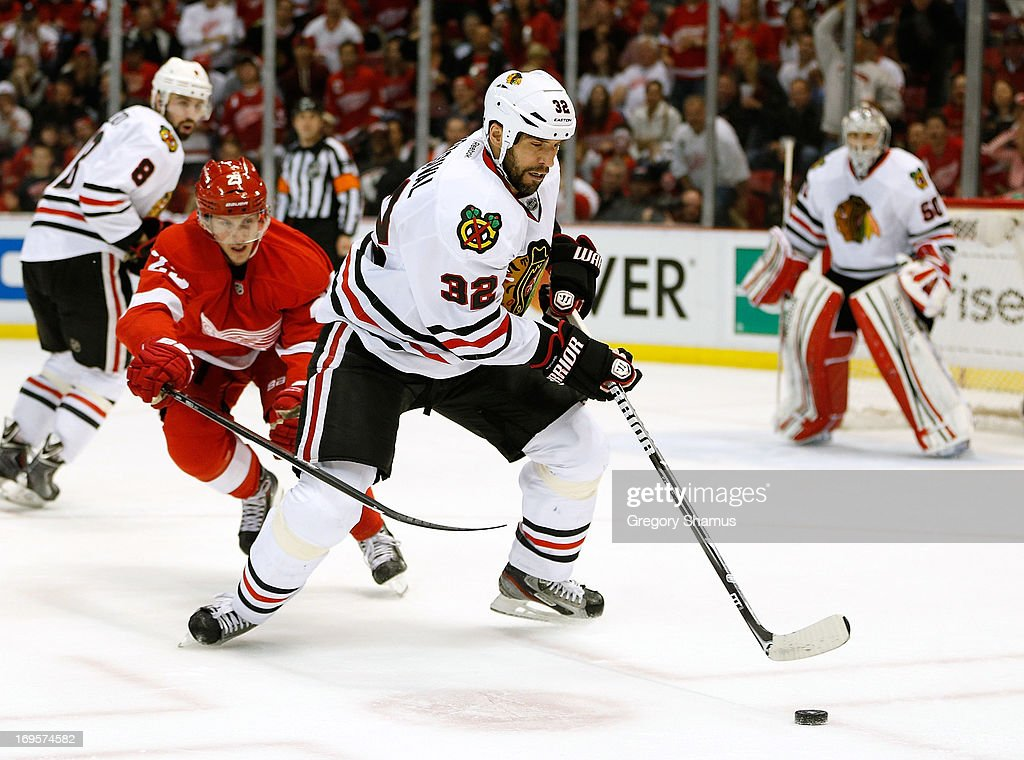 <a gi-track='captionPersonalityLinkClicked' href=/galleries/search?phrase=Michal+Rozsival&family=editorial&specificpeople=216462 ng-click='$event.stopPropagation()'>Michal Rozsival</a> #32 of the Chicago Blackhawks tries to control the puck in front of <a gi-track='captionPersonalityLinkClicked' href=/galleries/search?phrase=Cory+Emmerton&family=editorial&specificpeople=570505 ng-click='$event.stopPropagation()'>Cory Emmerton</a> #25 of the Detroit Red Wings in Game Six of the Western Conference Semifinals during the 2013 NHL Stanley Cup Playoffs at Joe Louis Arena on May 27, 2013 in Detroit, Michigan. Chicago won the game 4-3 to tie the series 3-3.