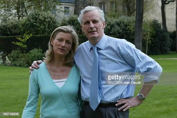 Michel Barnier New Minister Of Foreign Affairs Plan de face de Michel BARNIER et son épouse Isabelle posant dans les jardins du Ministère des...