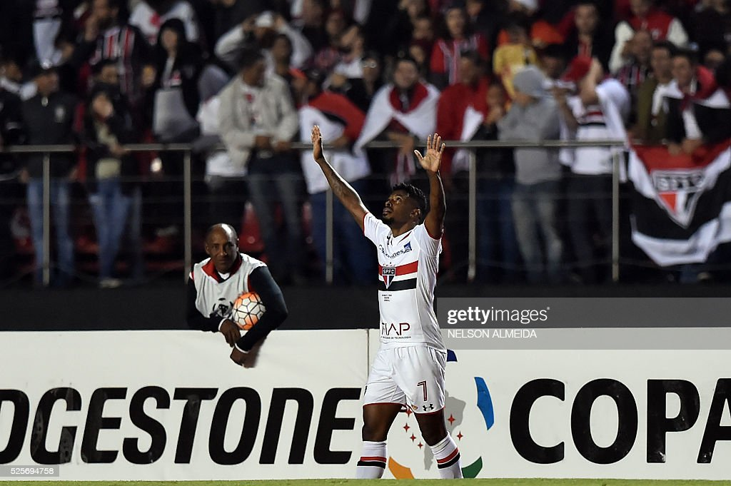 Michel Bastos of Brazils Sao Paulo celebrates after scoring against Mexico's Toluca during their 2016 Copa Libertadores football match held at Morumbi stadium, in Sao Paulo, Brazil, on April 28, 2016. / AFP / NELSON