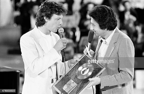 Michel Drucker puts back a golden record to Herbert Leonard during the program ''Stars''