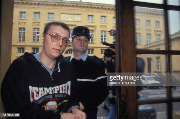 Michel Guillaume dont la cousine Laurence a ete violee et assassinee par Francis Heaulme en 1991 arrive au Palais de justice pour une confrontation...