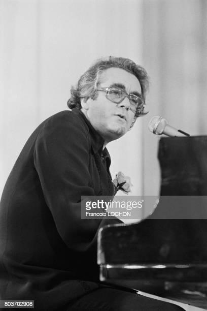 Michel Legrand sur scène lors du Festival de Deauville en septembre 1976 en France
