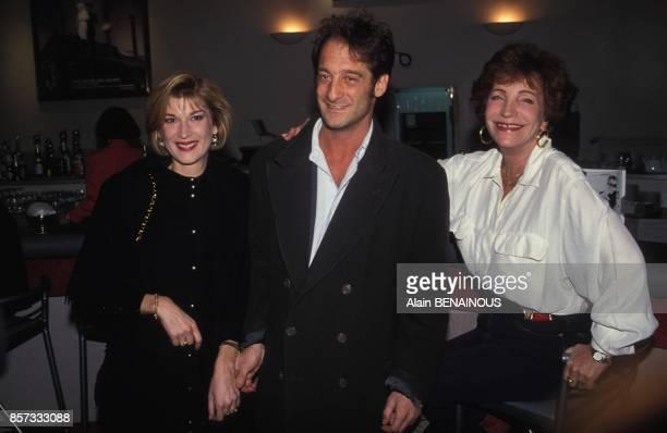 Michele Laroque Vincent Lindon et Maria Pacome a la premiere du film La Crise realise par Coline Serreau le 30 novembre 1992 a Paris France