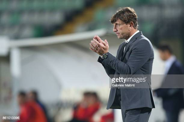 Michele Mignani manager of Robur Siena shouts instructions to his players during the Serie Lega Pro match between Robur Siena and Pro Piacenza at...