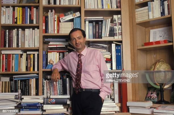 MichelEdouard Leclerc presente son nouveau livre La fronde des caddies le 25 janvier 1994 en France