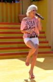 Michelle ARDShow 'Immer wieder Sonntags' 'EuropaPark' Rust BadenWürttemberg Deutschland Europa Bühne Auftritt Mikro singen sexy Shorts High Heels...