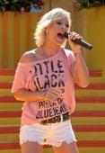 Michelle ARDShow 'Immer wieder Sonntags' 'EuropaPark' Rust BadenWürttemberg Deutschland Europa Bühne Auftritt Mikro singen sexy Shorts Sängerin Promi...