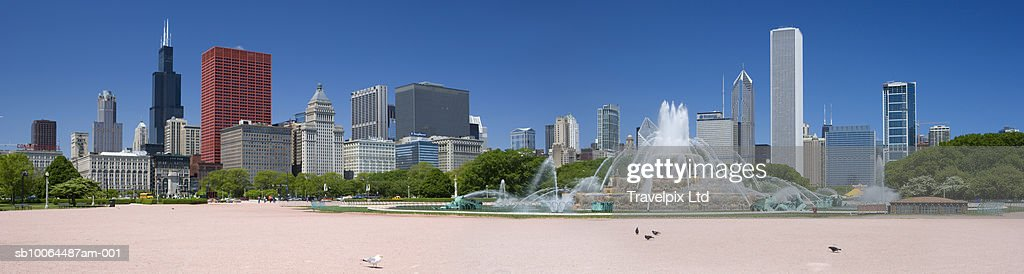 USA, Michigan, Chicago, Buckingham fountain with skyline in background