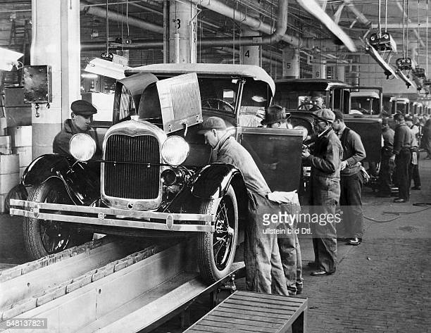 Ford Motor Company in Dearborn / Detroit work on the assembly line around 1934 Vintage property of ullstein bild