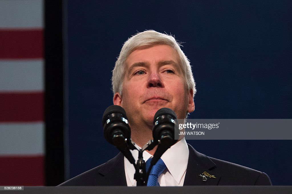 Michigan Governor Rick Snyder pauses as he is booed by the audience, as he speaks at Flint Northwestern High School in Flint, Michigan, May 4, 2016, where US President Barack Obama met with locals for a neighborhood roundtable on the drinking water crisis. / AFP / Jim Watson