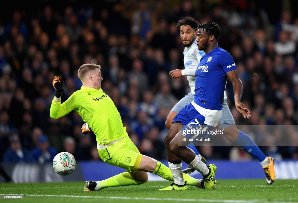 Michy Batshuayi of Chelsea takes the ball around goalkeeper Jordan Pickford of Everton during the Carabao Cup Fourth Round match between Chelsea and Everton at Stamford Bridge on October 25, 2017 in London, England.