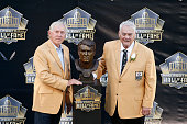 Mick Tingelhoff poses with his bust along with presenter Fran Tarkenton during the NFL Hall of Fame induction ceremony at Tom Benson Hall of Fame...