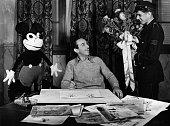 Mickey MouseMicky MausWalt Disney Filmproduzent USA ein Bote bringt Blumen zum fünften Geburtstag von Mickey Mouse 1933
