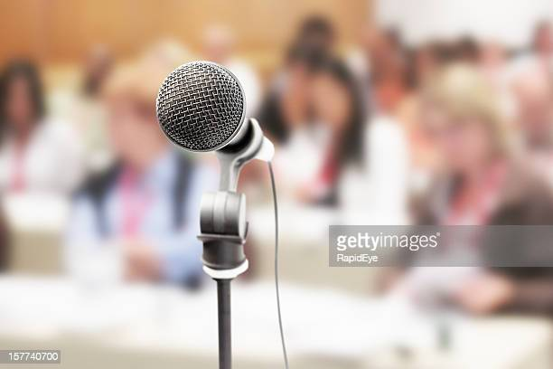Mikrofon erwartet Redner als Publikum erwartet Sie im Hintergrund