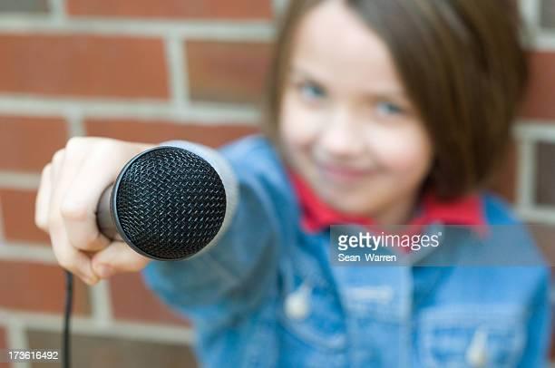 Microfono piccola ragazza-Giornalista