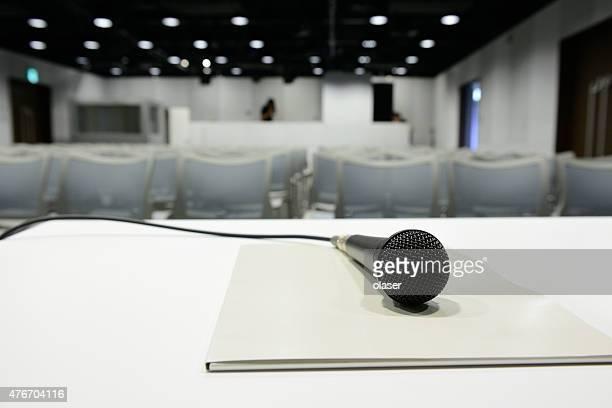 Microphone prêt sur une table de conférence, tout est prêt pour commencer
