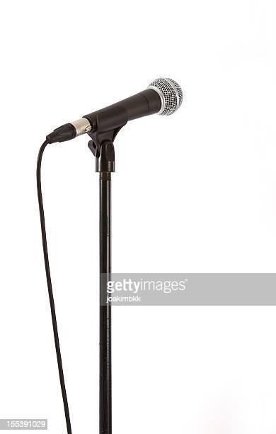 Microfono con clipping path isolato su bianco