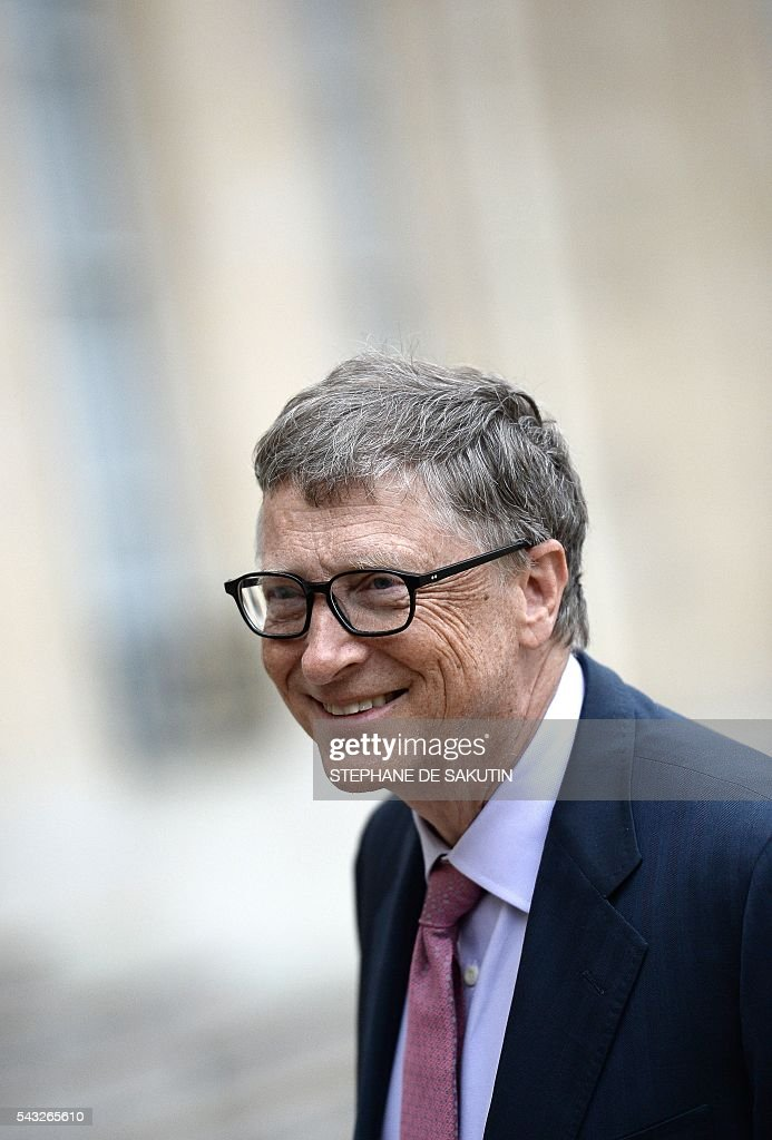 Microsoft co-founder and philanthropist Bill Gates gives a statement following his meeting with the French President on June 27, 2016 at the Elysee Presidential Palace in Paris. / AFP / STEPHANE
