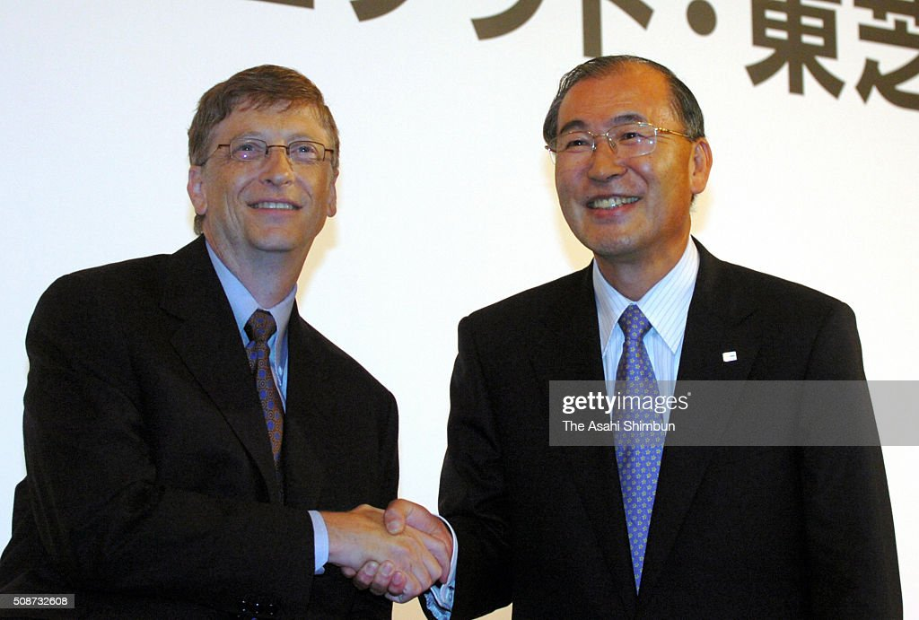 Microsoft Corporation Chairman <a gi-track='captionPersonalityLinkClicked' href=/galleries/search?phrase=Bill+Gates&family=editorial&specificpeople=202049 ng-click='$event.stopPropagation()'>Bill Gates</a> (L) and Japan's Toshiba Corporation President <a gi-track='captionPersonalityLinkClicked' href=/galleries/search?phrase=Atsutoshi+Nishida&family=editorial&specificpeople=640193 ng-click='$event.stopPropagation()'>Atsutoshi Nishida</a> shake hands during a press conference on June 27, 2005 in Tokyo, Japan. Microsoft and Toshiba announced an expansion of the companies' global relationship to enhance the development and delivery of innovative digital consumer electronics products and personal computers by sharing each other's hardware and software technologies.