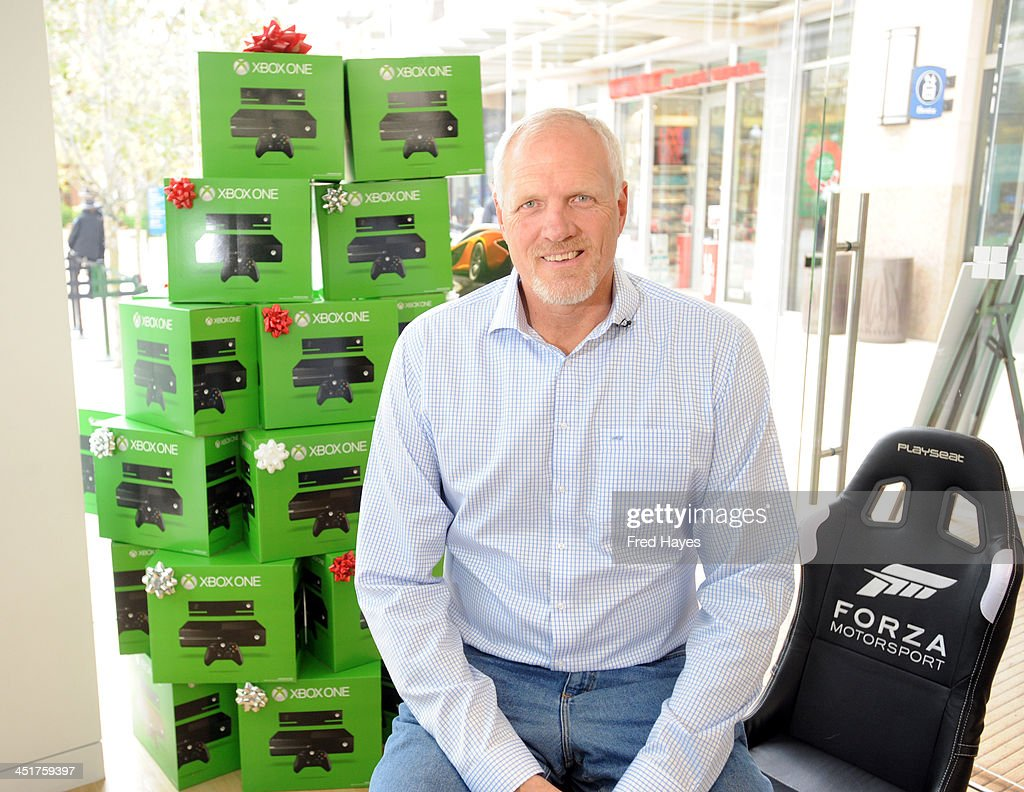 Microsoft Retail Store and Former Utah Jazz Center Mark Eaton Host