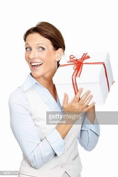 Mi adulte Femme d'affaires tenant la boîte-cadeau
