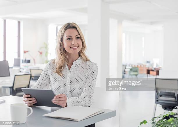 Mitte Erwachsenen Geschäftsfrau mit Tablette, Wegsehen