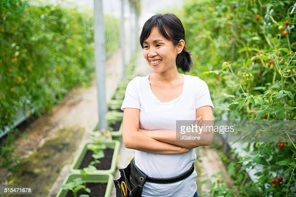 Mitte Erwachsenen weiblichen Landwirt Lächeln