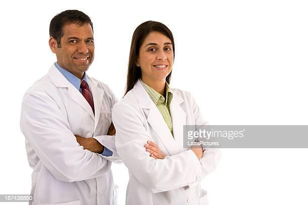 Mitte Erwachsene Männliche und weibliche mit Laborkittel Arme verschränkt