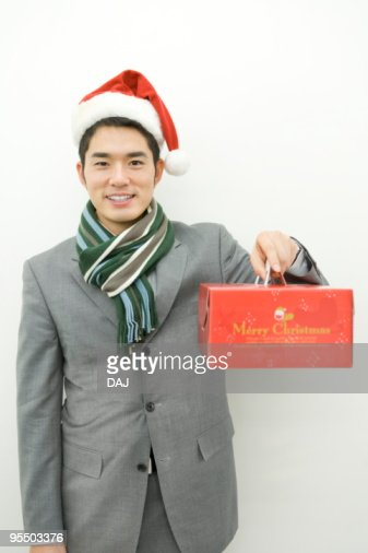 Mid adult man holding Christmas cake : Foto de stock