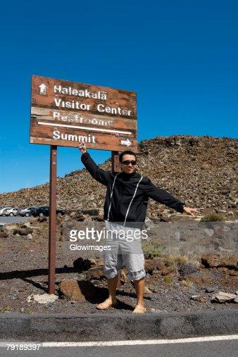 Mid adult man standing in front of an information board, Haleakala National Park, Maui, Hawaii Islands, USA : Foto de stock