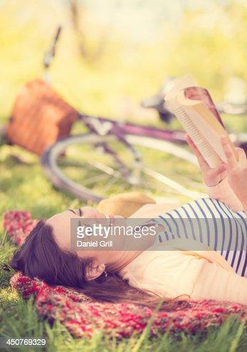 Mid adult woman reading book : Foto de stock