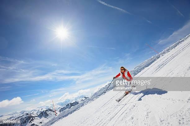 Frauen mittleren Alters Schnee ski Alpin auf sonnigen ski-resorts